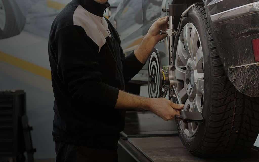 Persona alineando un automóvil para optimizar la conducción y prevenir accidentes