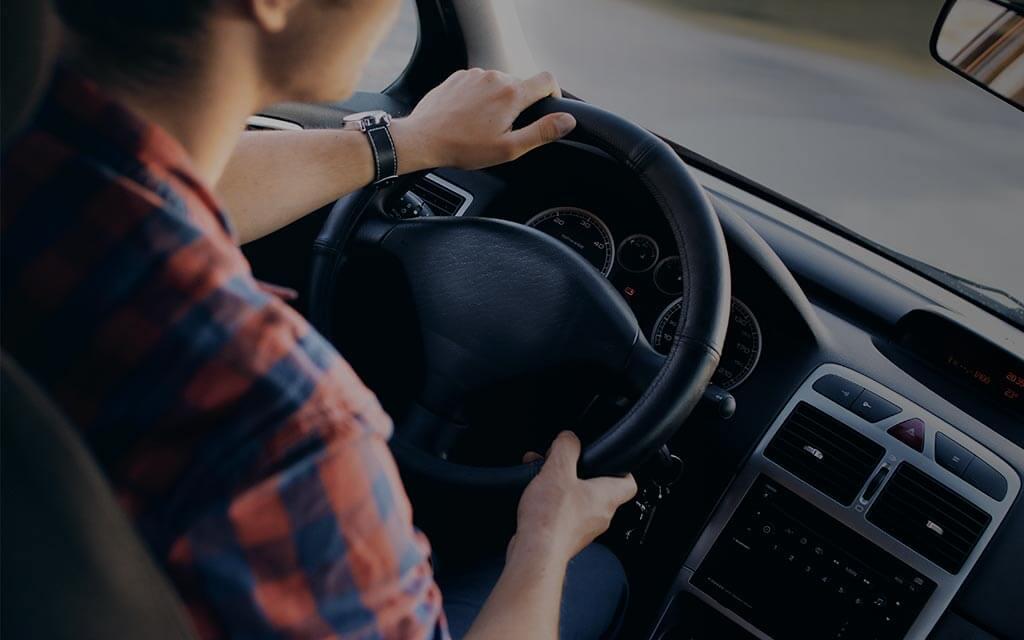 Persona conduciendo vehículo alineado