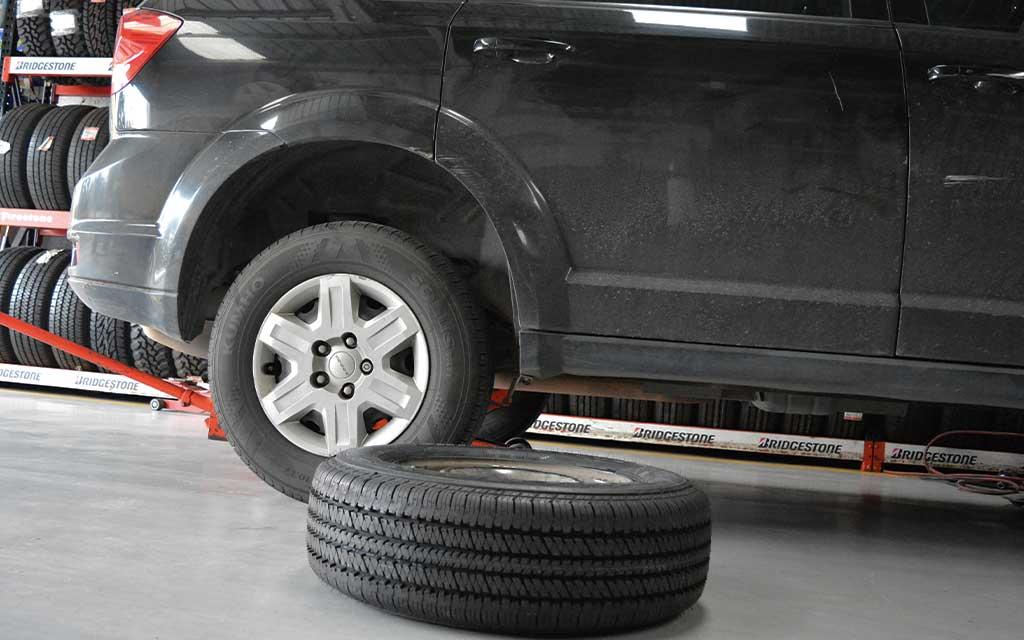 Cambiar las 4 llantas para lograr el mayor rendimiento del vehículo, en caso que exista más desgaste en unas que otras cambia por pares