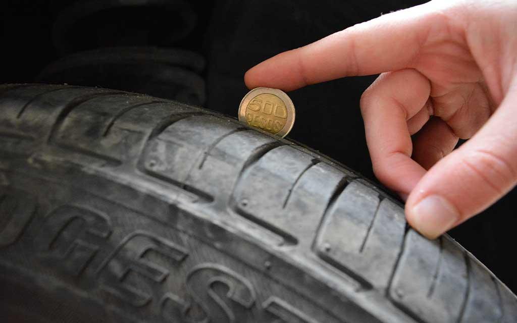 Cómo medir el desgaste de las llantas con una moneda de 500 pesos. Una moneda de 500 pesos colombianos para medir el desgaste de la llanta