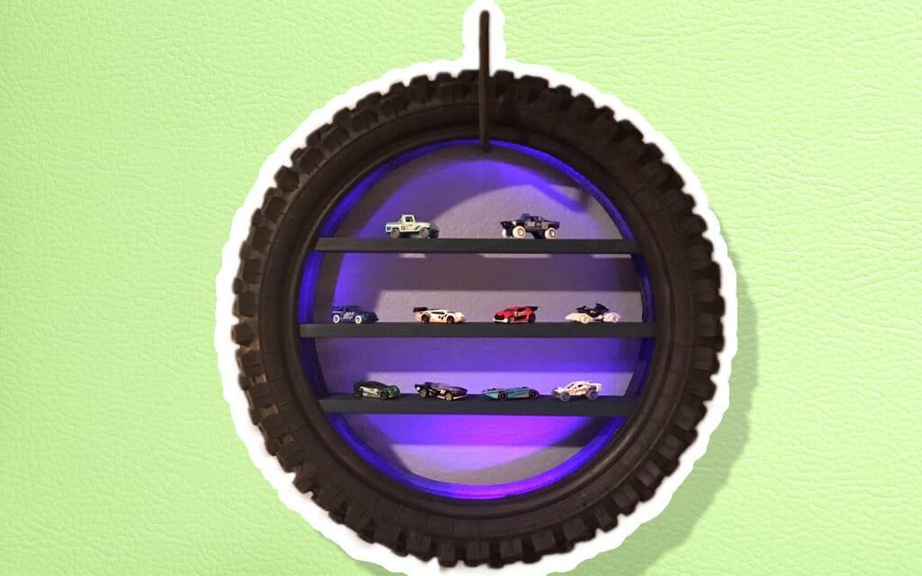 Repisa para carros o juguetes hecha con una llanta reciclada
