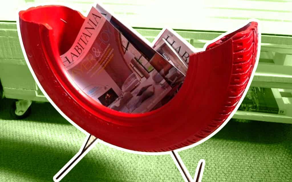 Un revistero ecológico, con varias revistas y hecho con una llanta reciclada