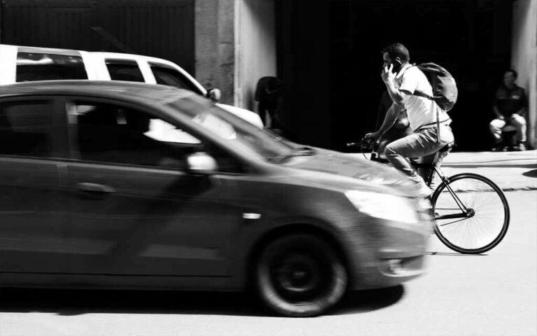 Ciclista imprudente hablando por celular y sin ninguna protección
